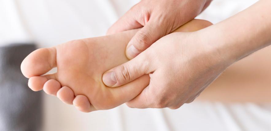 أسباب تشققات القدمين وطرق علاجها